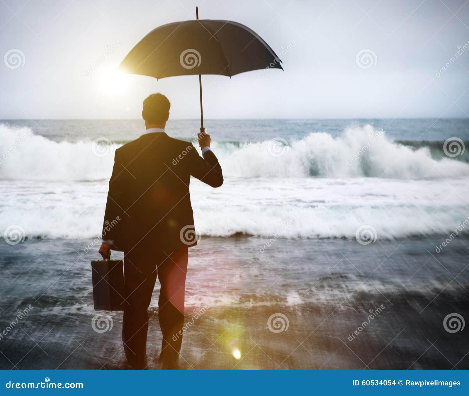Uomo d affari che affronta concetto solo della tempesta