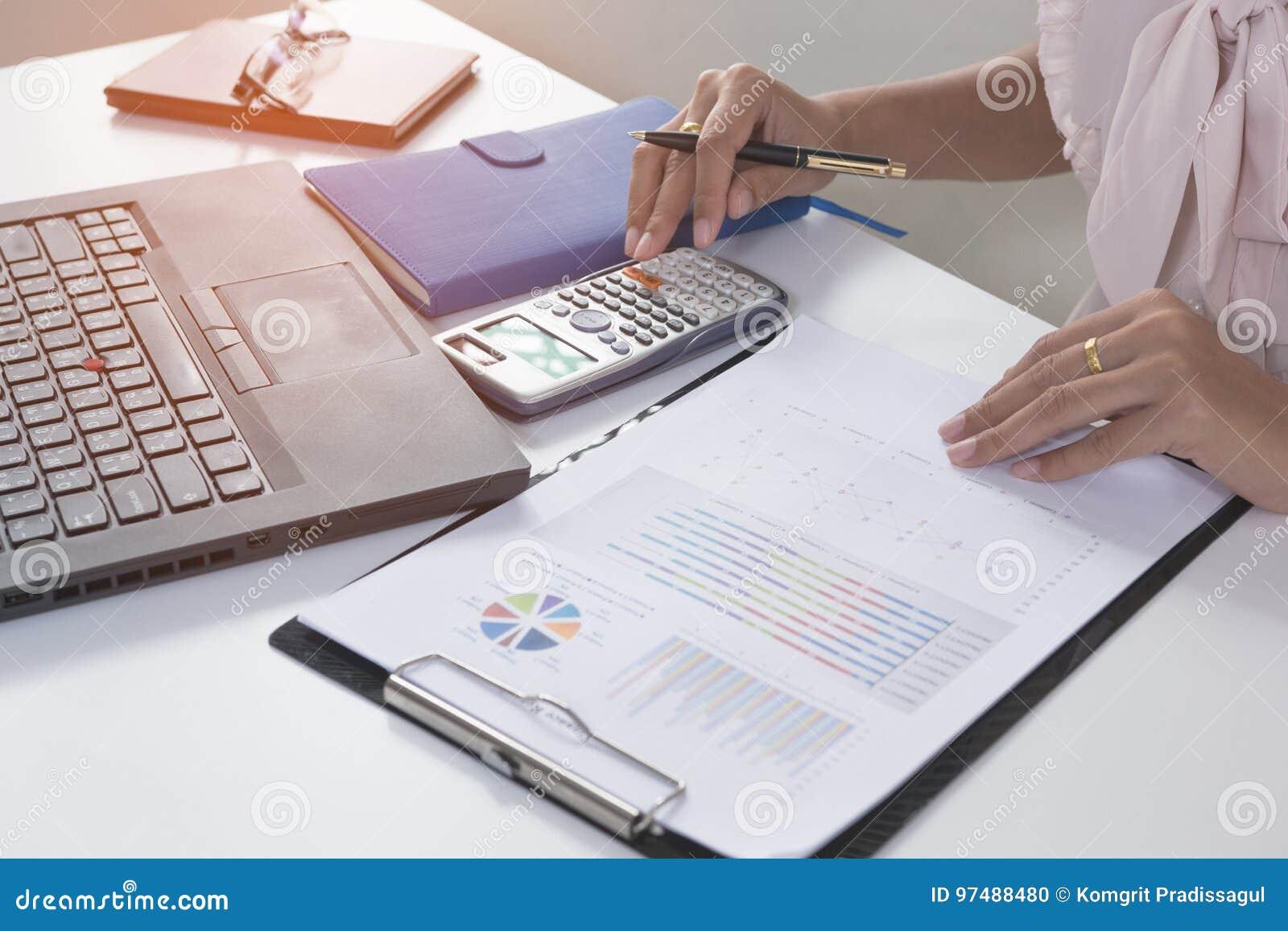 Uomo d affari che analizza il grafico finanziario di statistiche