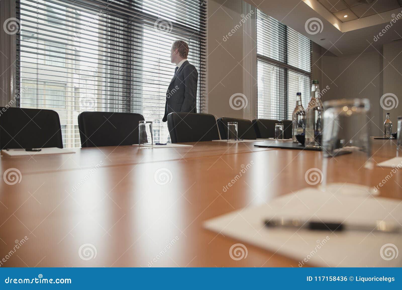 Uomo d affari che aspetta una riunione