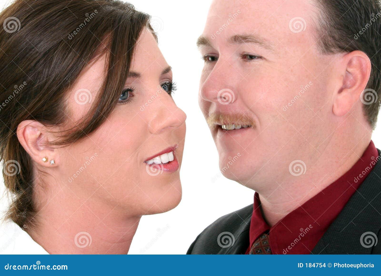 Uomo d affari che bisbiglia in orecchio della donna