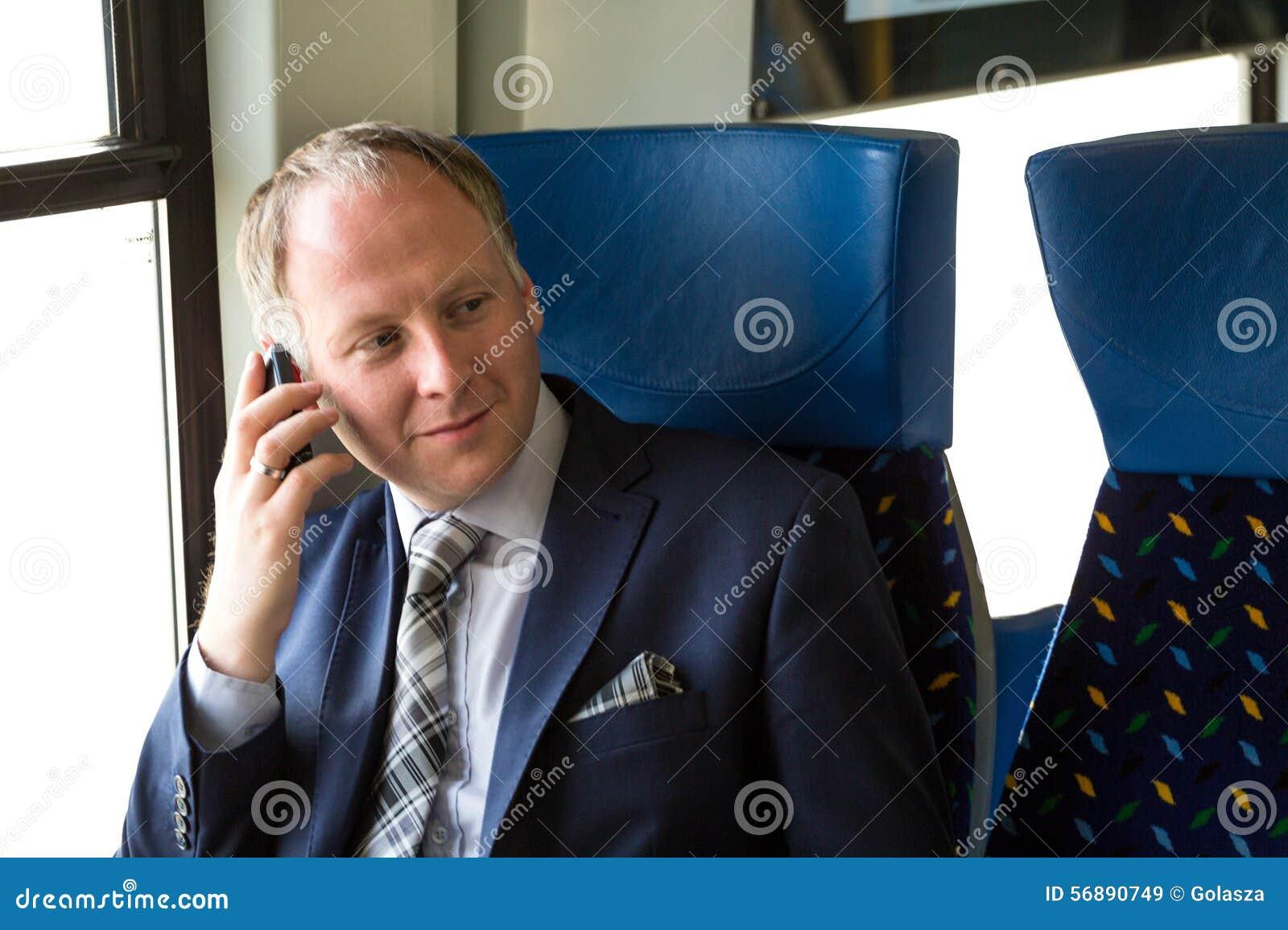 Uomo d affari che chiama da un treno
