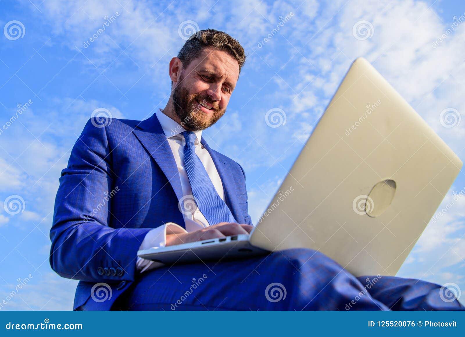 Uomo d affari che comunica in linea Assicuri che i vostri email siano caldi e personali come possibile usando le variabili su ord