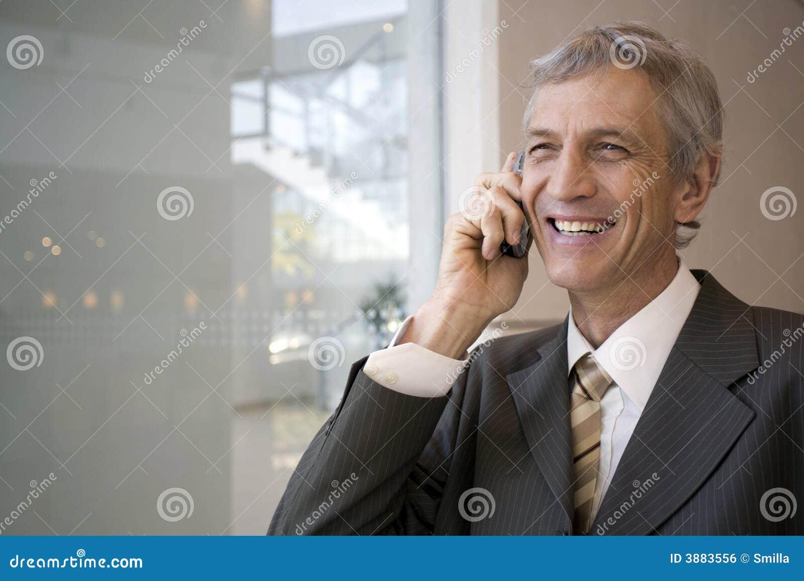 Uomo d affari che comunica sul cellulare