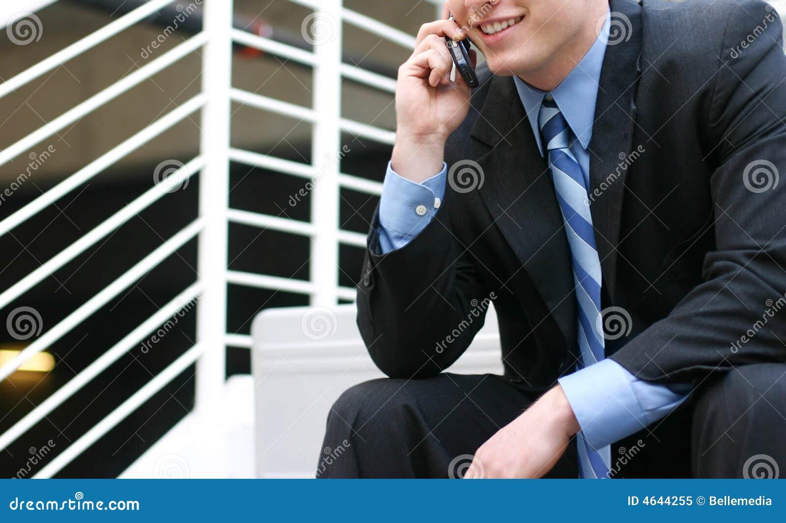 Uomo d affari che comunica sulla cella