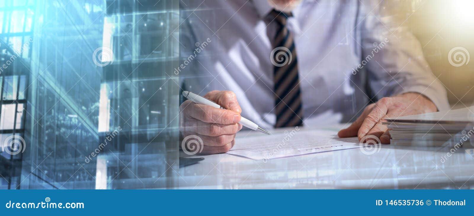 Uomo d affari che controlla un documento; esposizione multipla