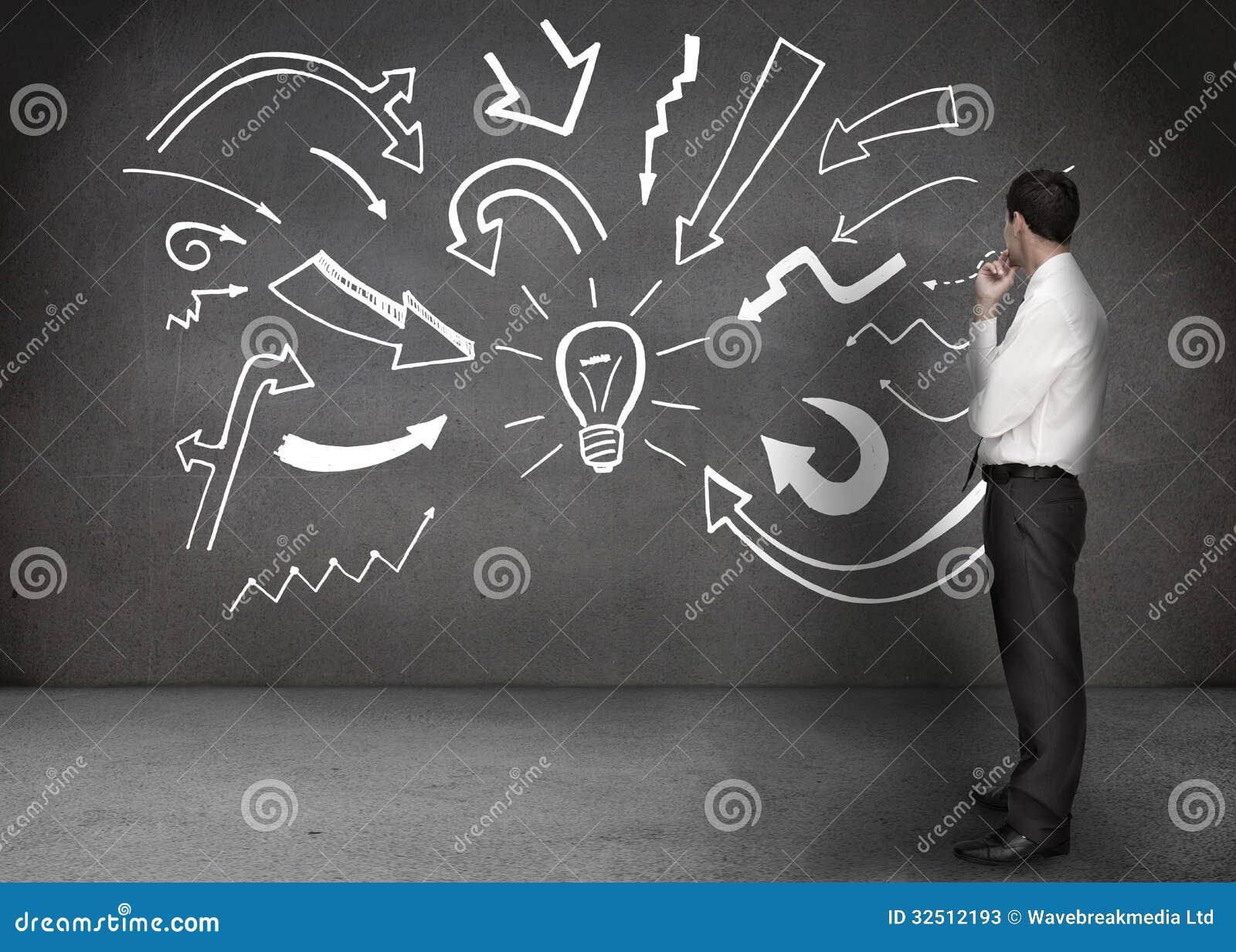 uomo lampadina : ... : Uomo d affari che esamina una parete con i disegni di una lampadina
