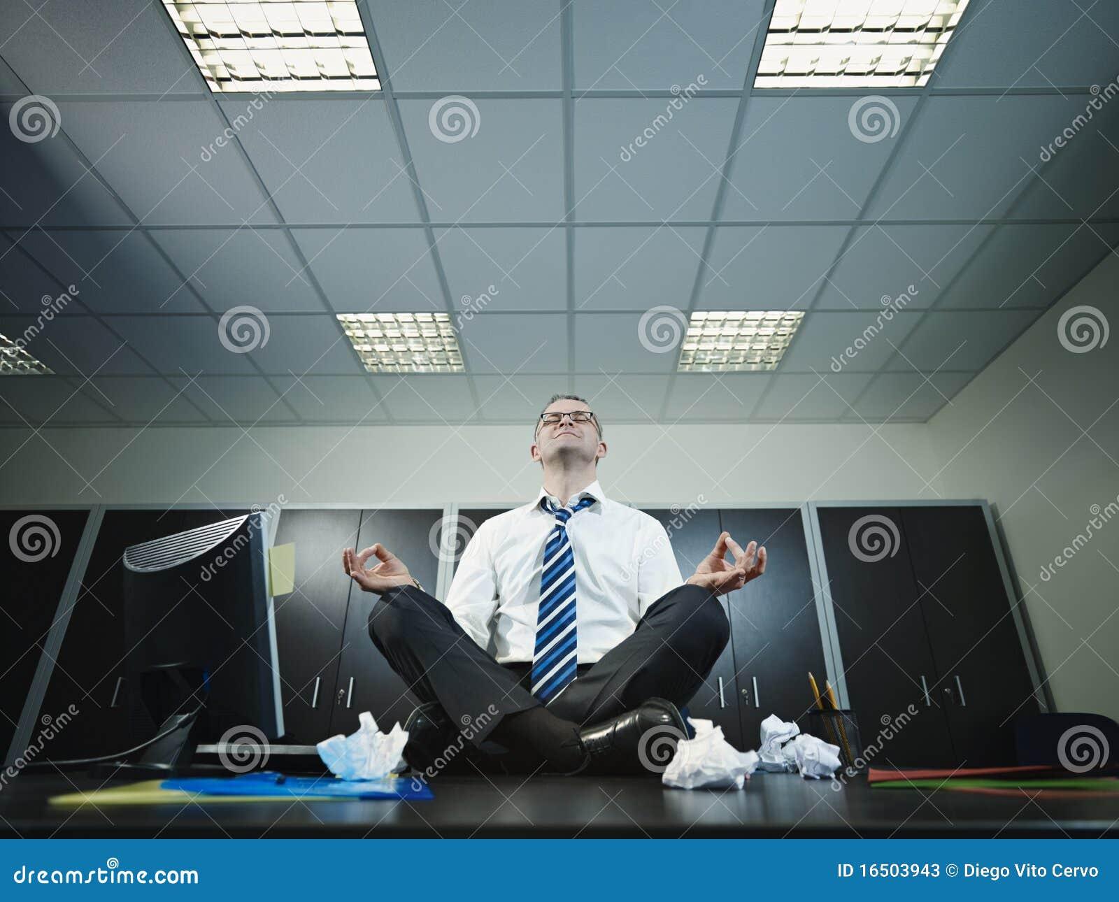 Uomo D 39 Affari Che Fa Yoga In Ufficio Immagine Stock