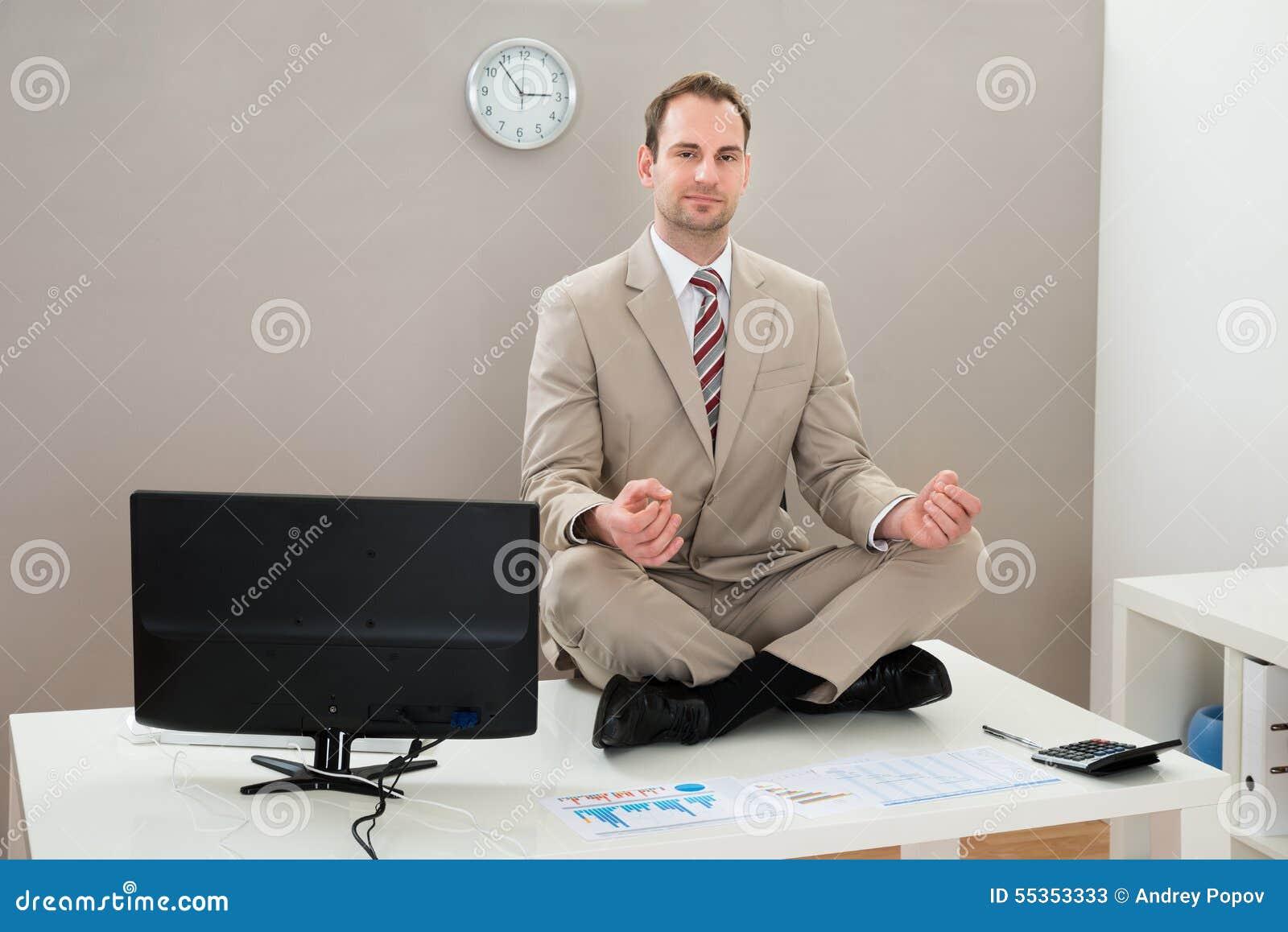 Ufficio Elegante Jobs : Uomo d affari che fa yoga in ufficio immagine stock immagine di