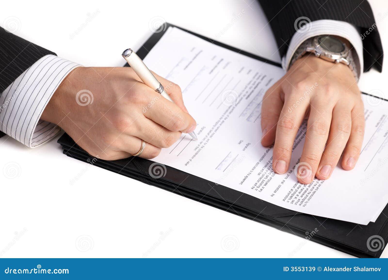Uomo d affari che firma un contratto