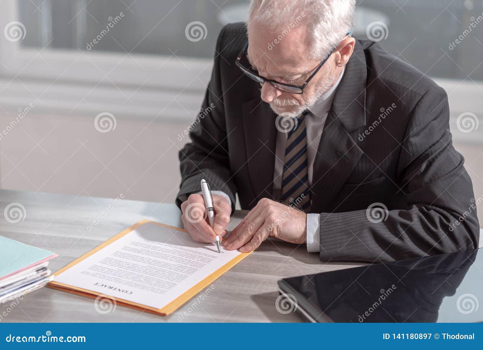 Uomo d affari che firma un documento (il testo di lorem ipsum ha usato)