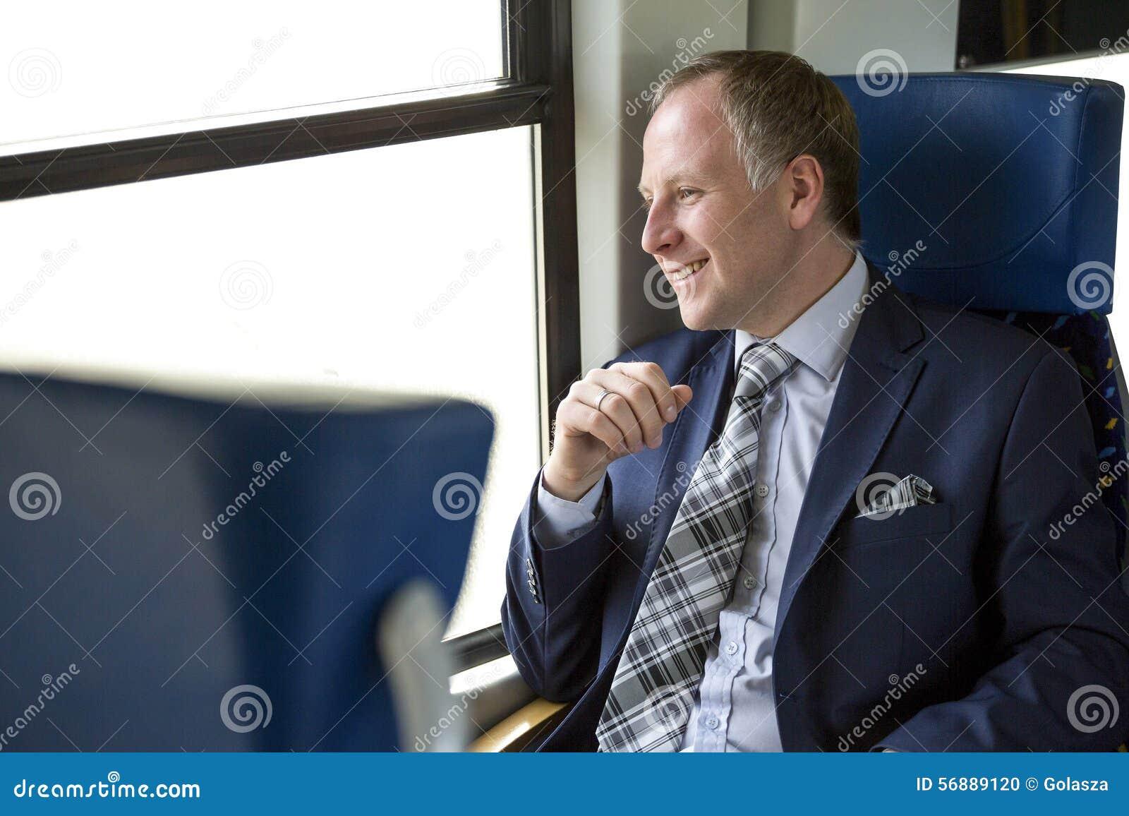Uomo d affari che gode del suo viaggio in treno
