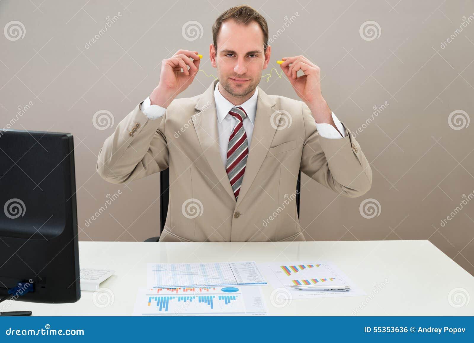 Uomo d affari che inserisce tappo per le orecchie in orecchie