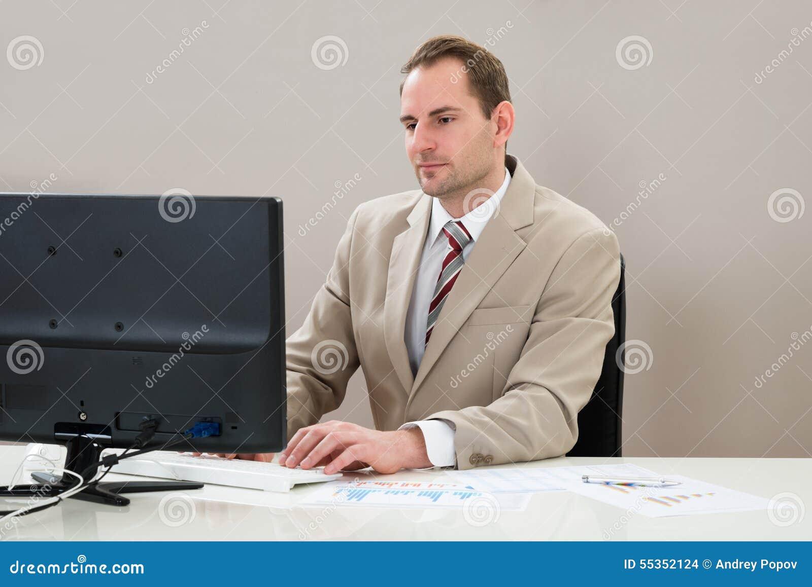 Uomo d affari che lavora al calcolatore