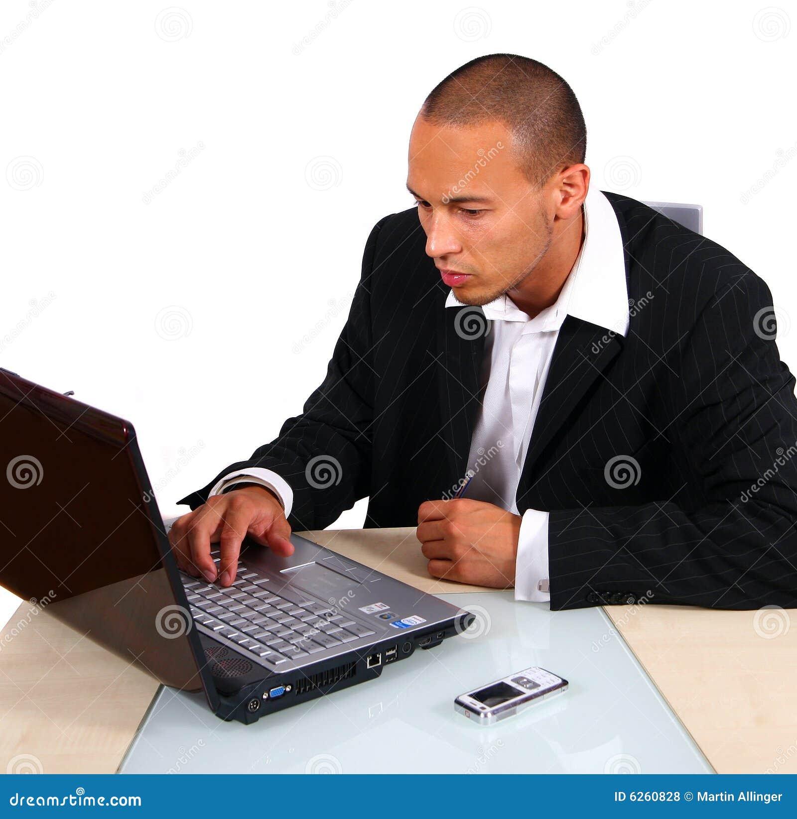 Uomo d affari che lavora al computer portatile