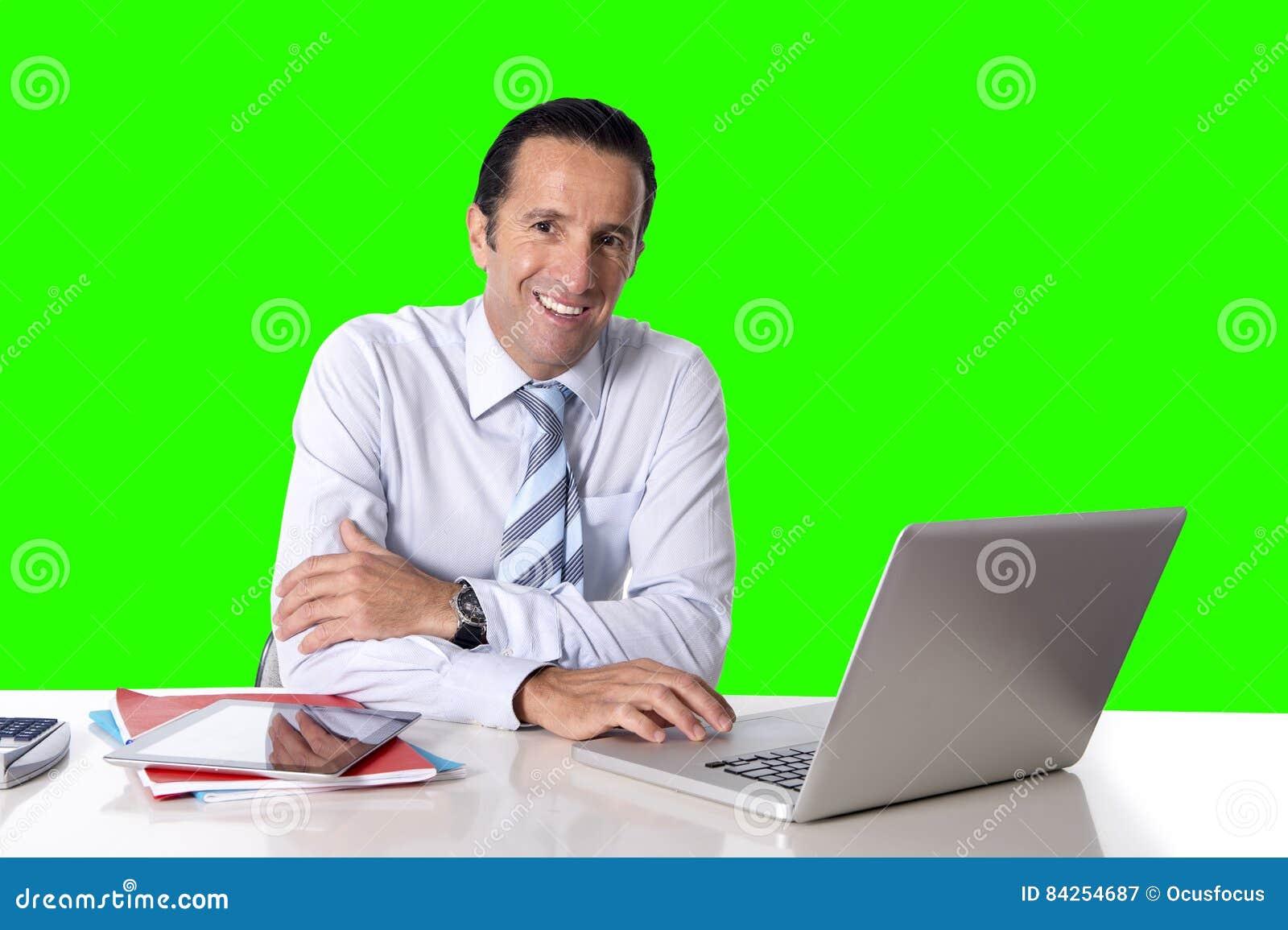 Uomo d affari che lavora al computer portatile del computer che si siede alla chiave di intensità della scrivania