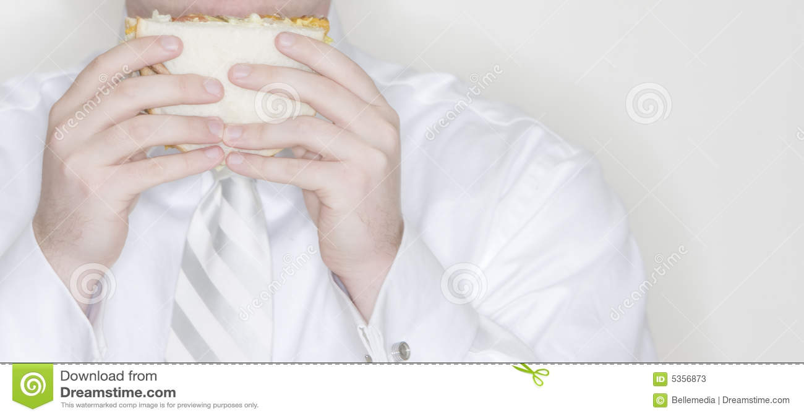 Uomo d affari che mangia panino