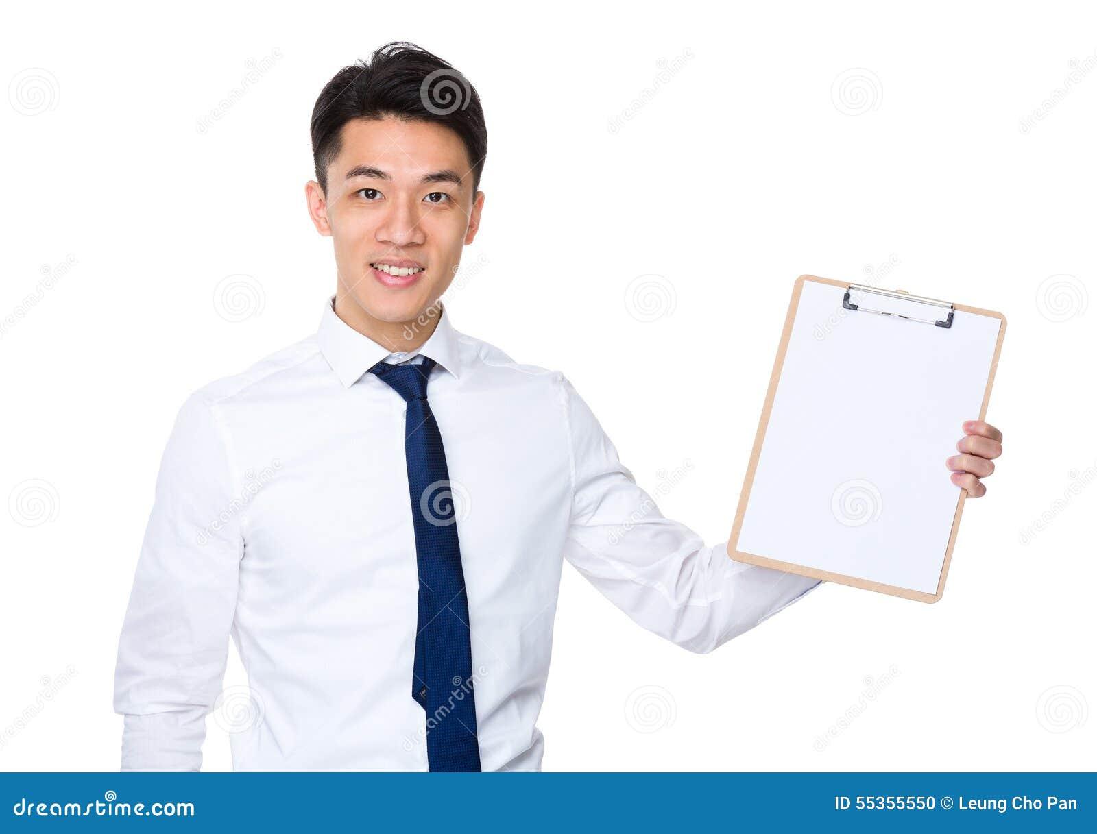 Uomo d affari che mostra con la lavagna per appunti ed il Libro Bianco