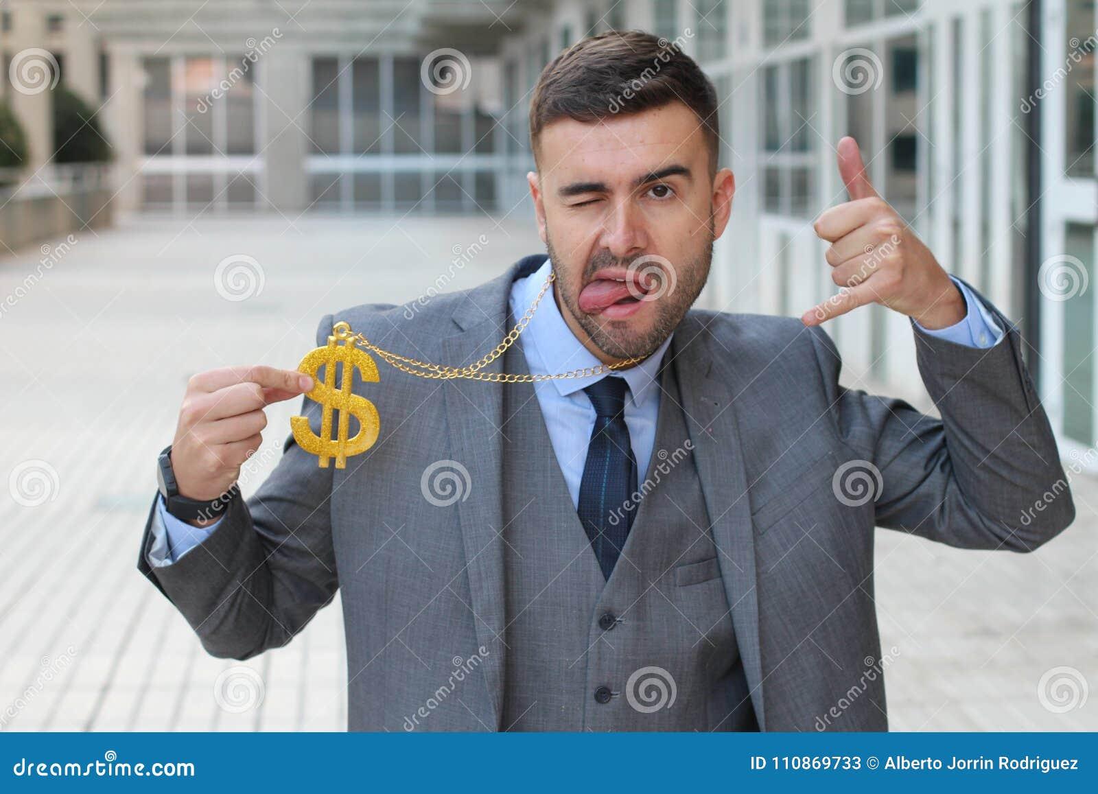 Uomo d affari che oscilla collana dorata con il simbolo di dollaro