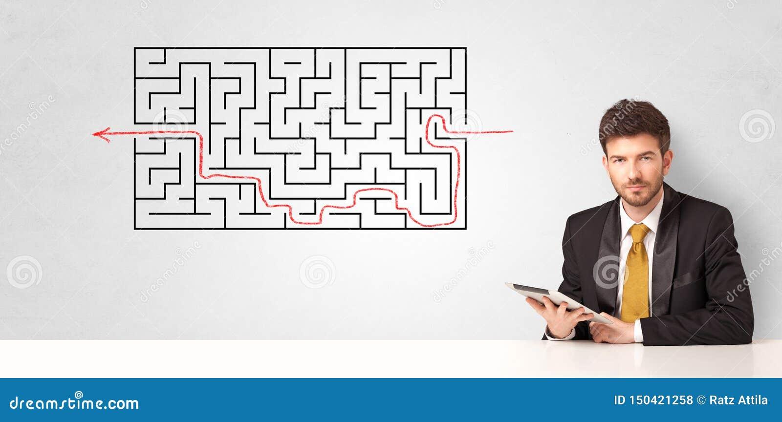Uomo d affari che presenta labirinto