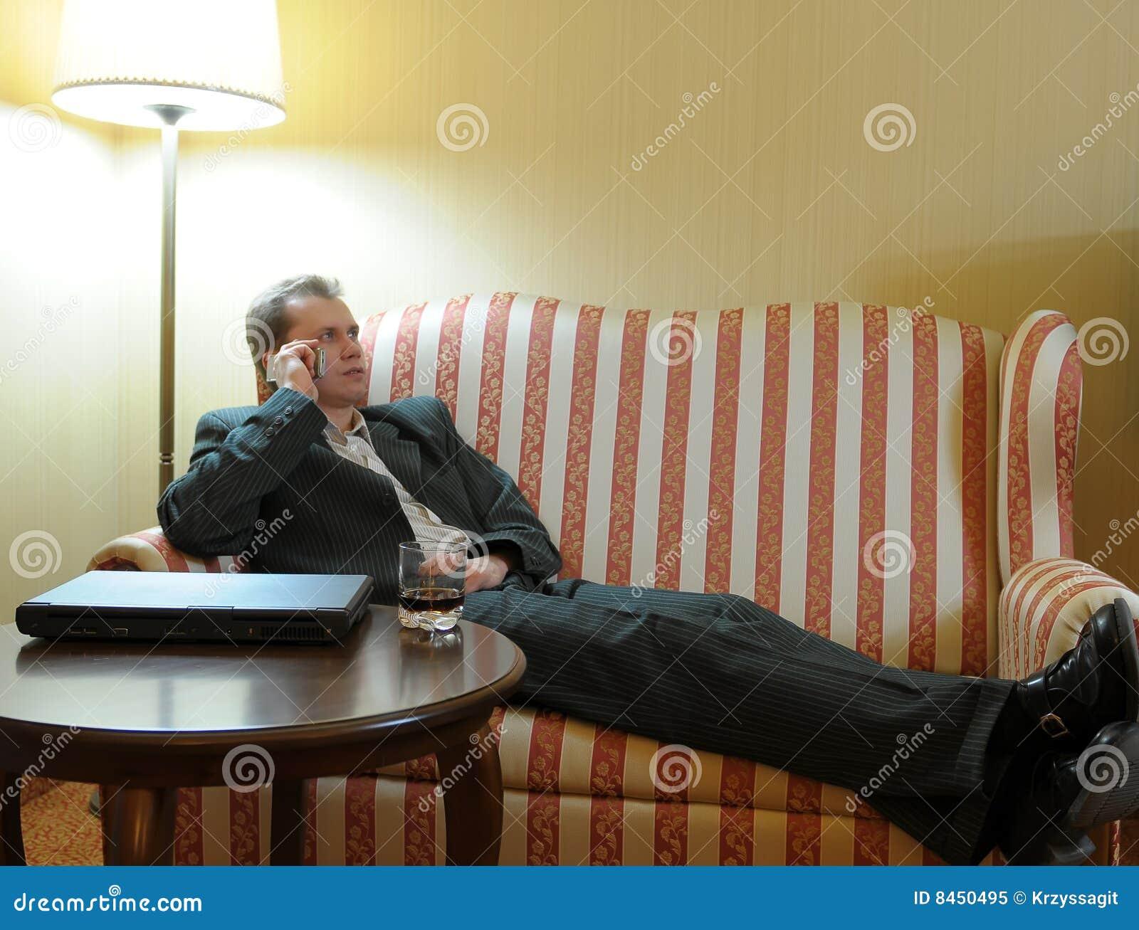 Uomo d affari che si distende sul sofà