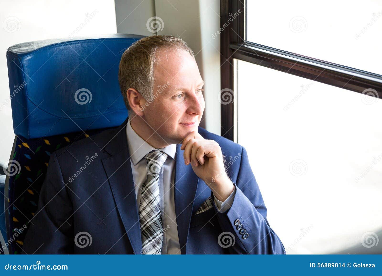 Uomo d affari che si siede in un treno