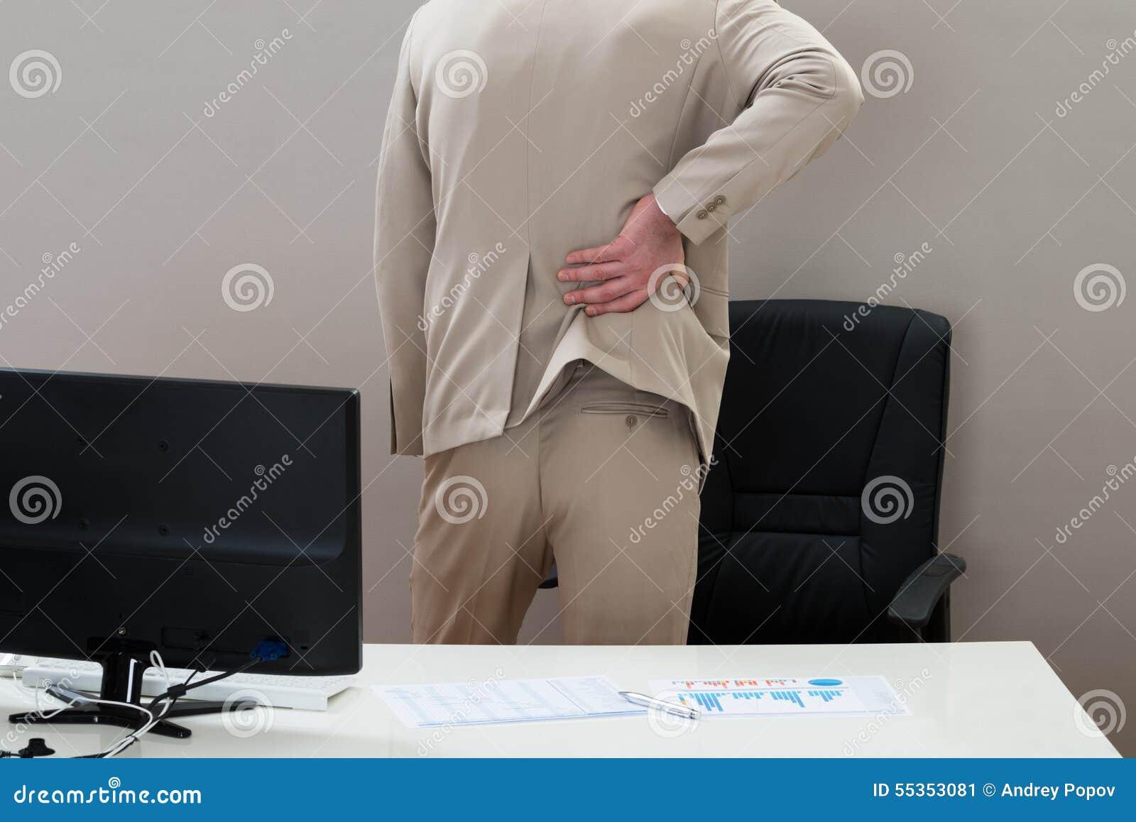 Uomo d affari che soffre dal mal di schiena