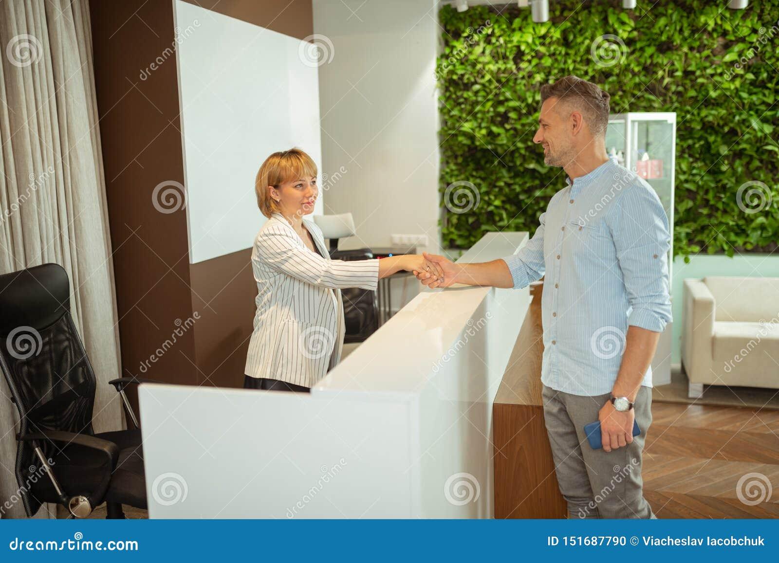 Uomo d affari che stringe mano dell amministratore mentre venendo a