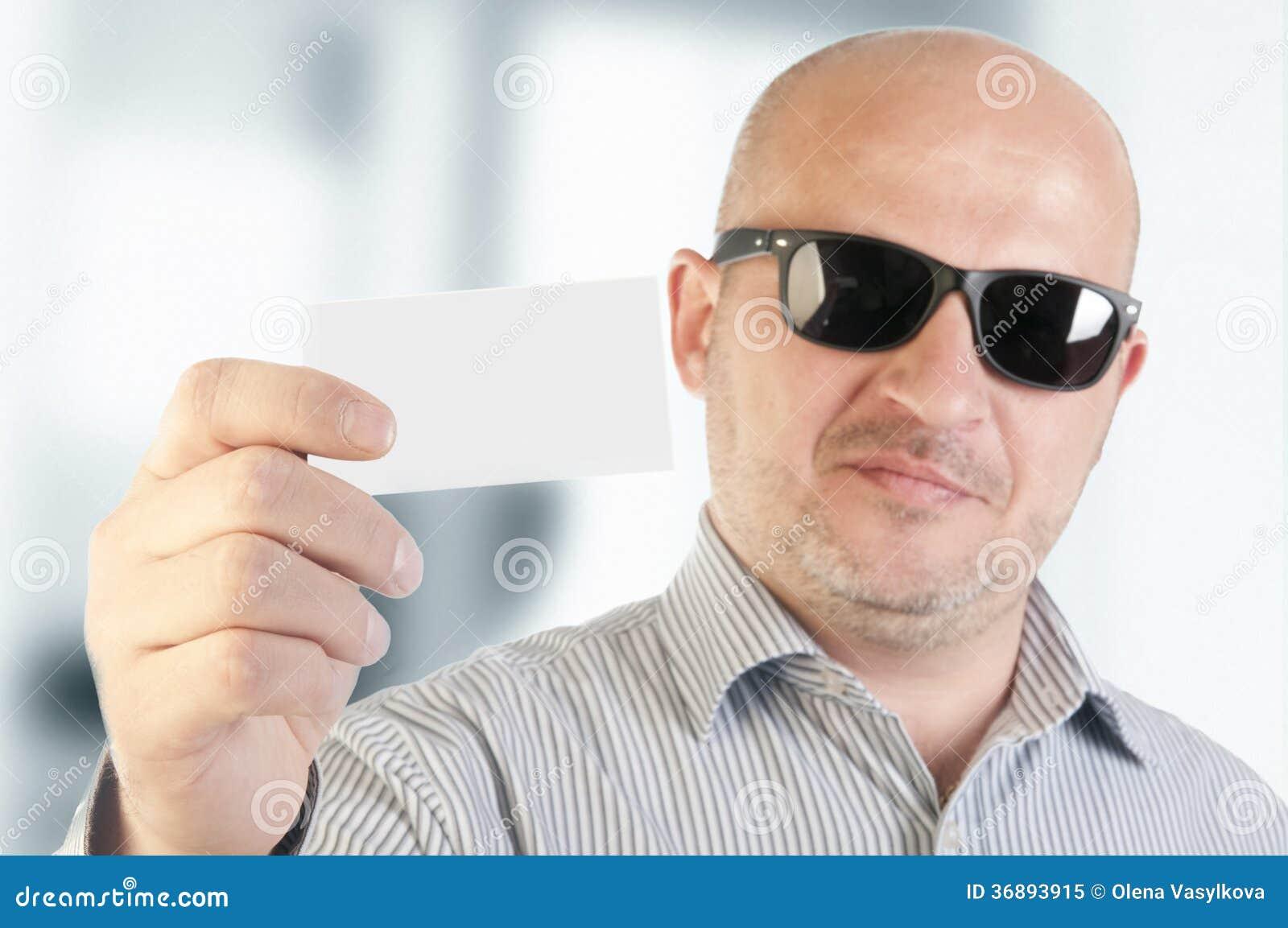 Download Uomo D'affari Che Tiene Un Biglietto Da Visita In Bianco. Immagine Stock - Immagine di ufficio, businessmen: 36893915