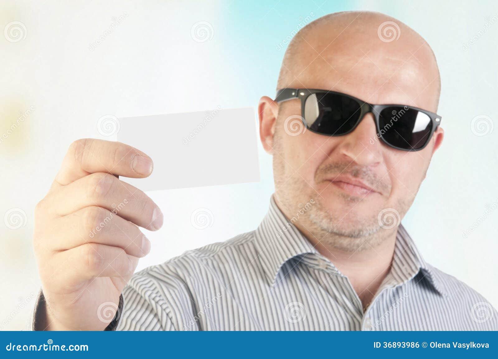 Download Uomo D'affari Che Tiene Un Biglietto Da Visita In Bianco. Fotografia Stock - Immagine di copia, pubblicità: 36893986