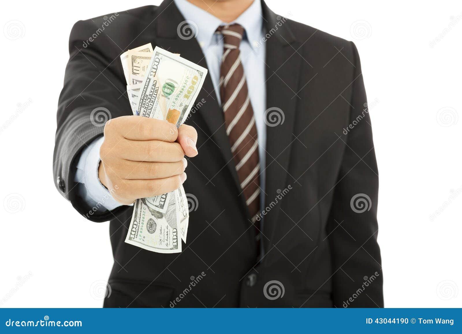 Uomo d affari che tiene una manciata di dollari americani