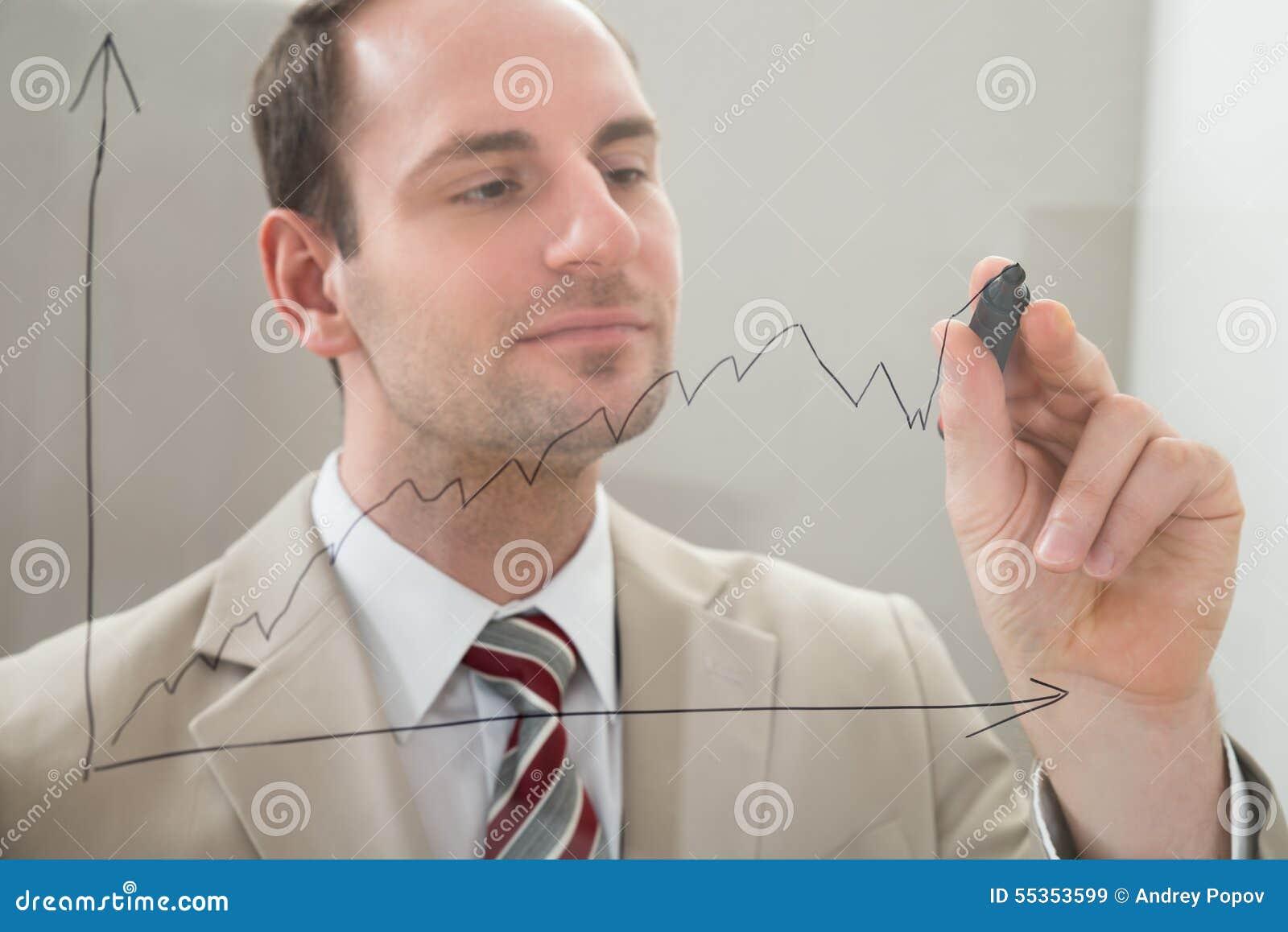 Uomo d affari che traccia un grafico su un pannello di vetro