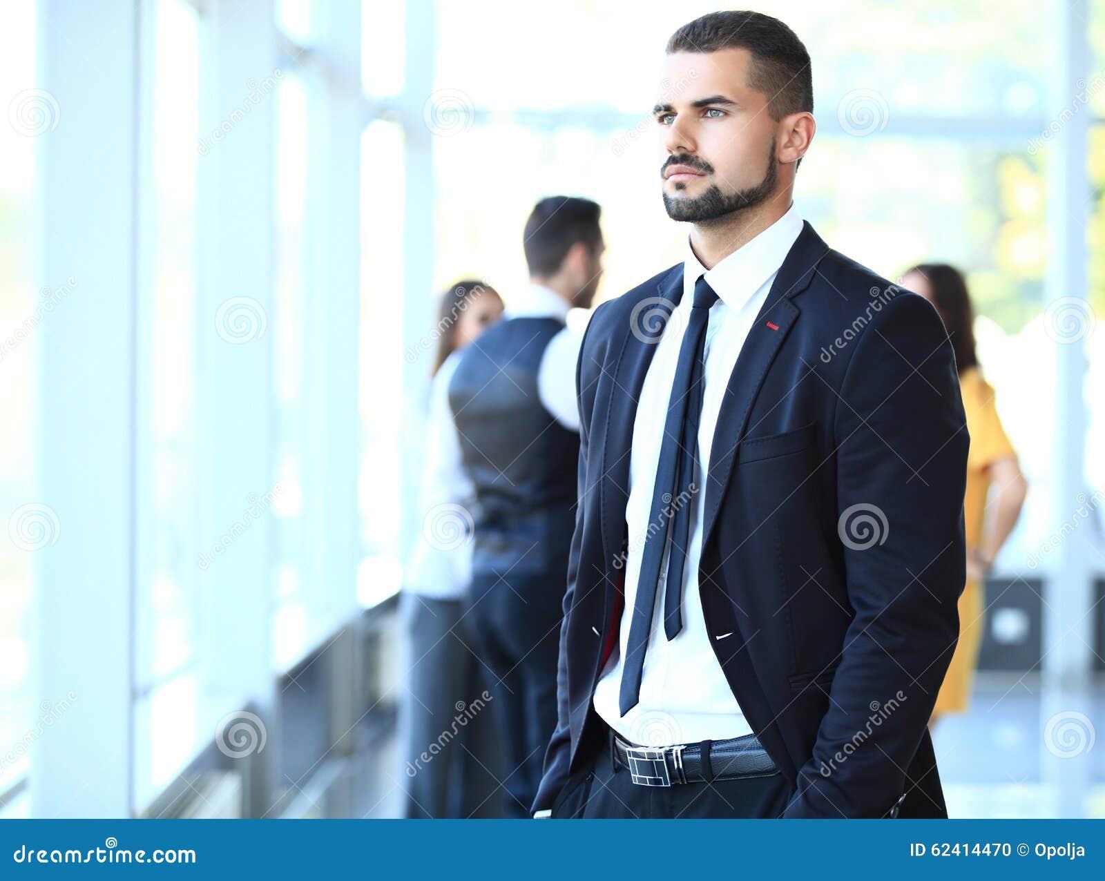Uomo d affari con i colleghi nella priorità bassa