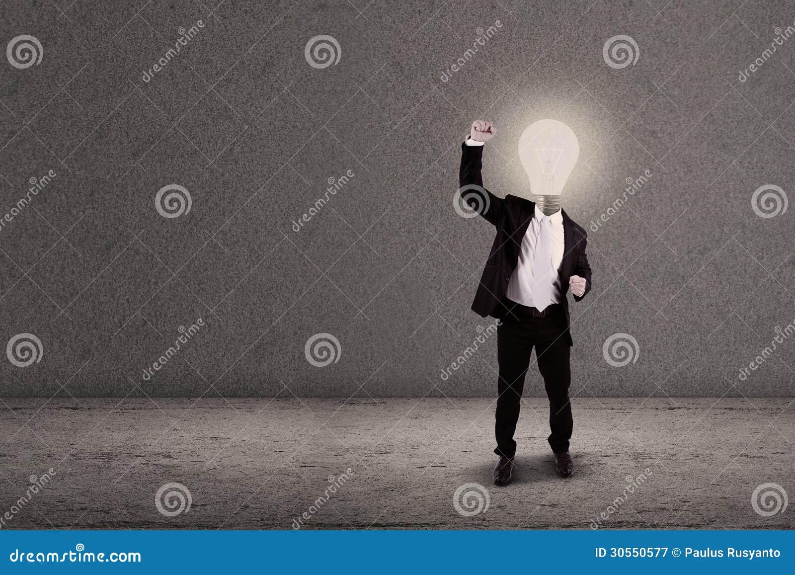 uomo lampadina : ... da Diritti: Uomo d affari con il braccio alzato testa della lampadina