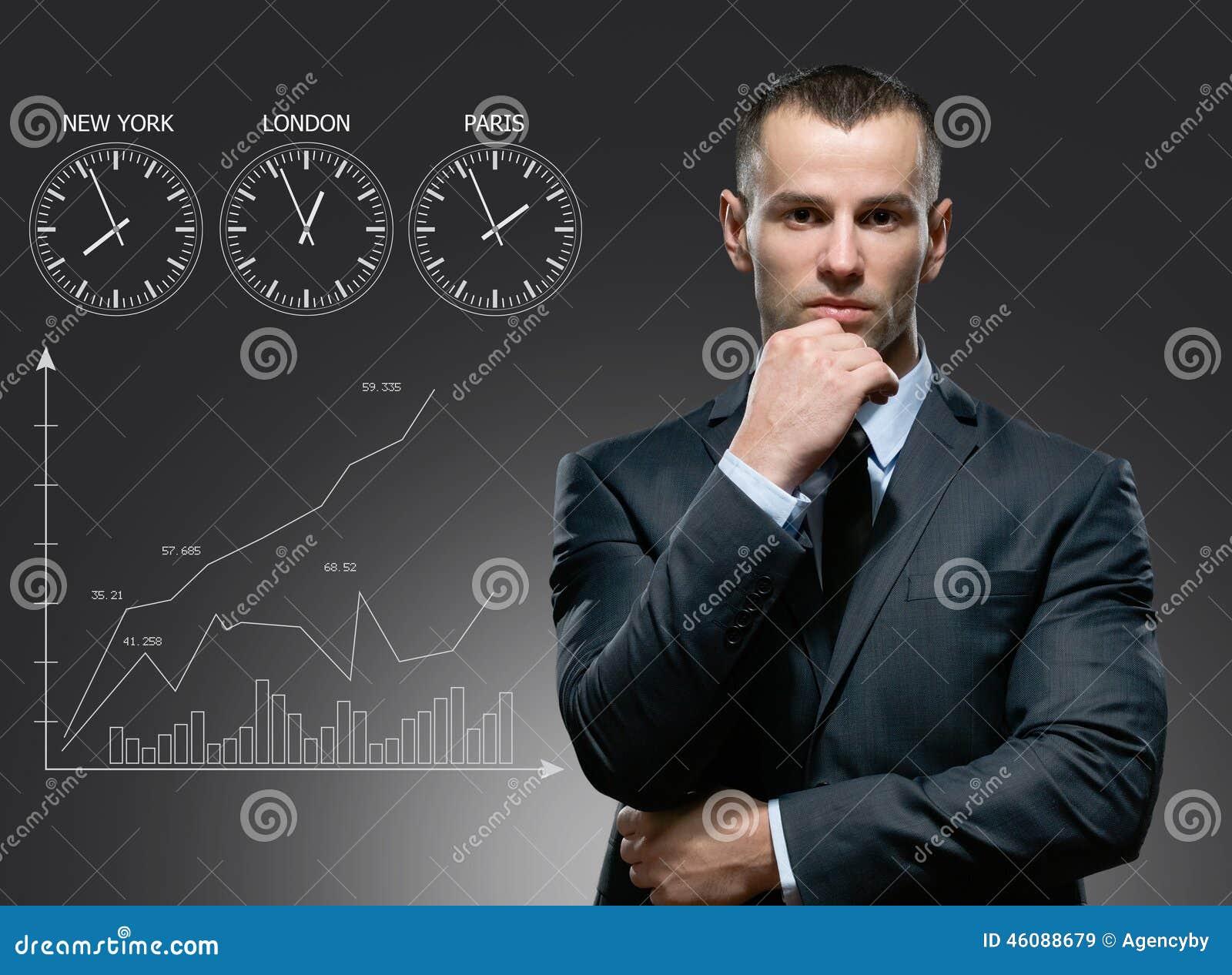Uomo d affari con il carretto di crescita su fondo grigio