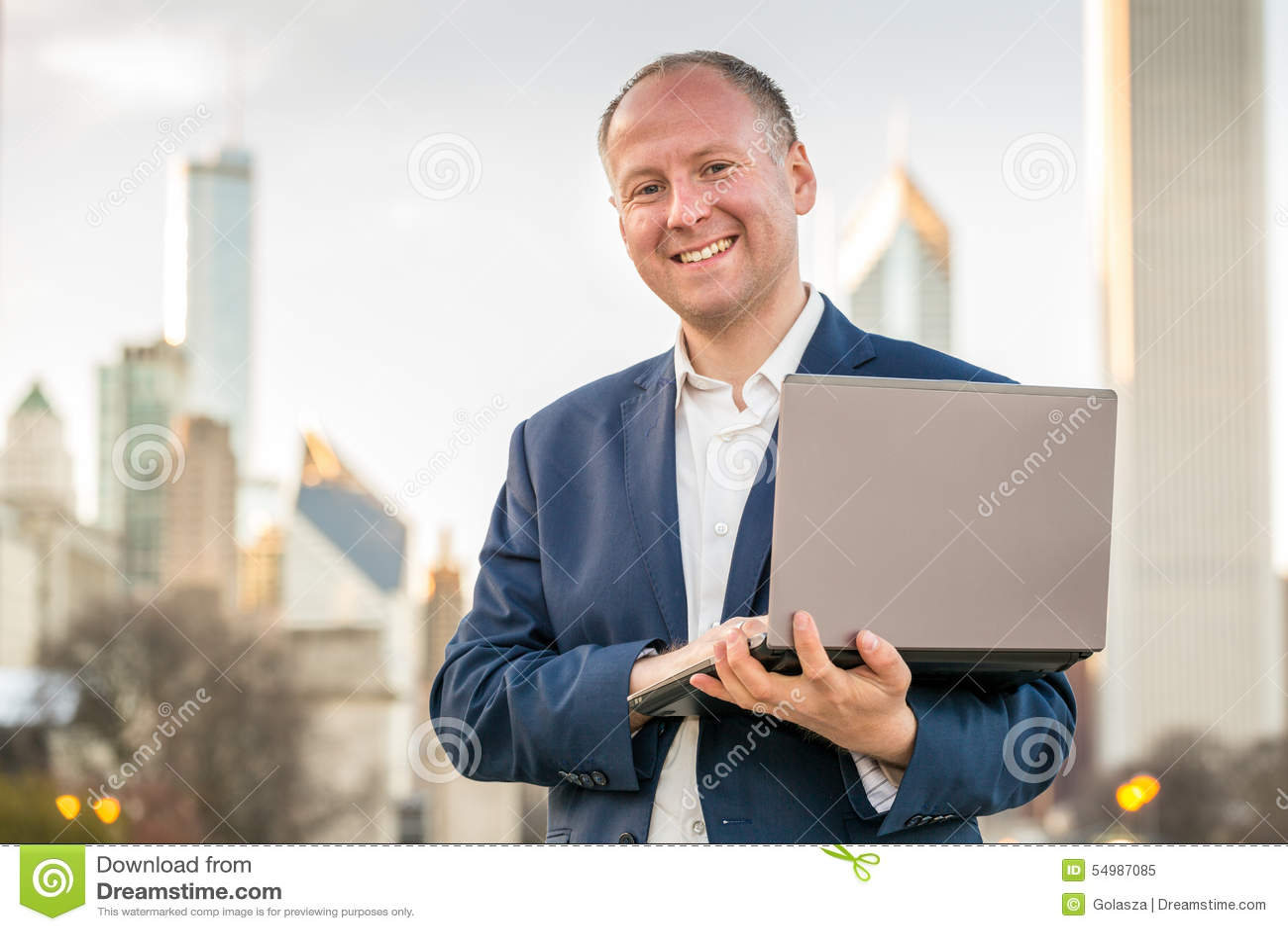 Uomo d affari con il computer portatile davanti agli edifici per uffici