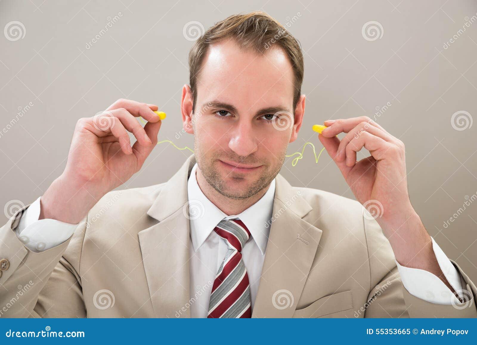 Uomo d affari con il tappo per le orecchie