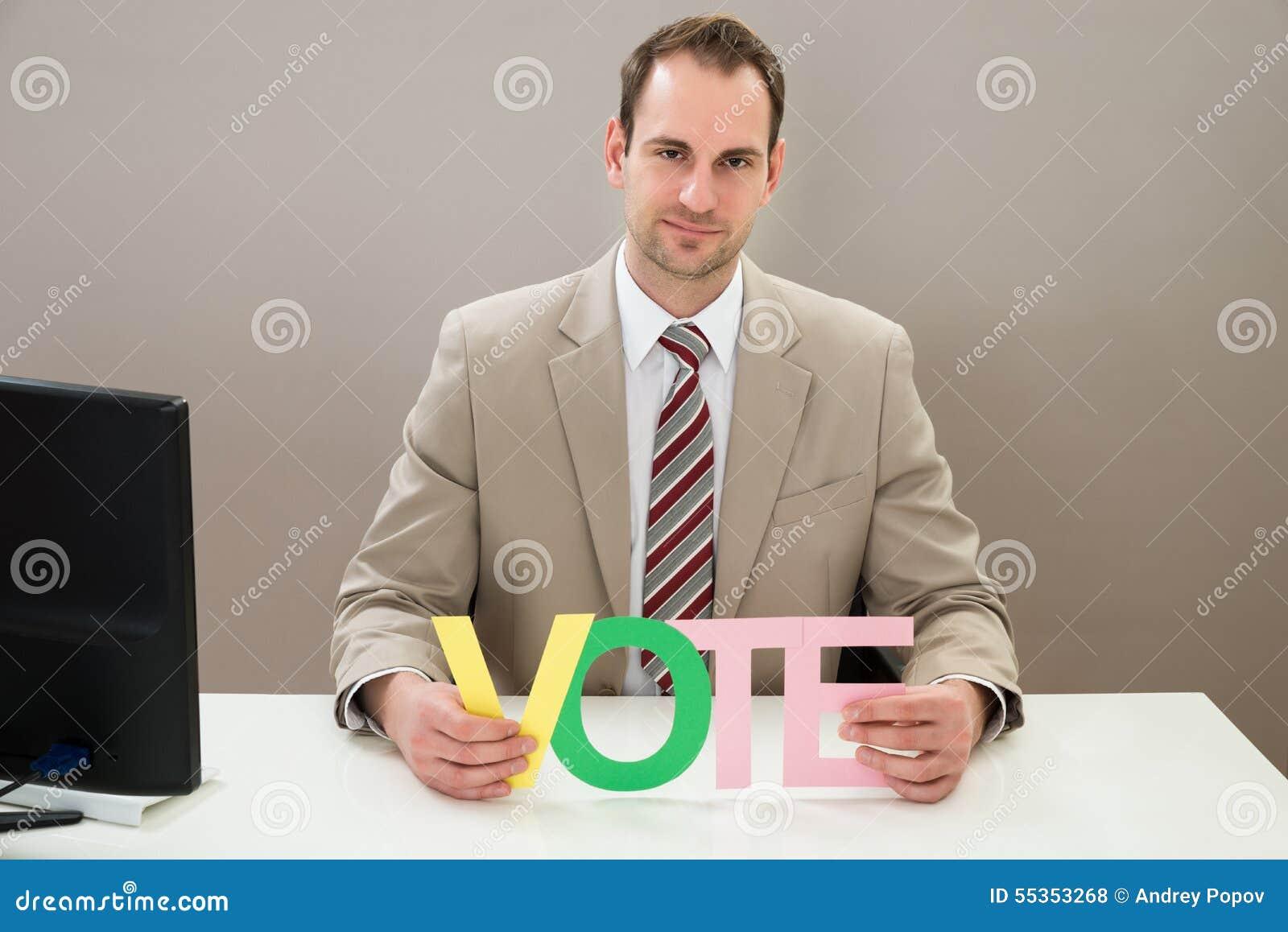Uomo d affari con il voto multicolore di parola