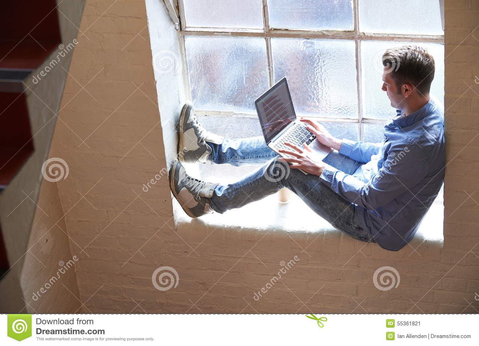 Uomo d affari con indifferenza vestito Working On Stairs in ufficio