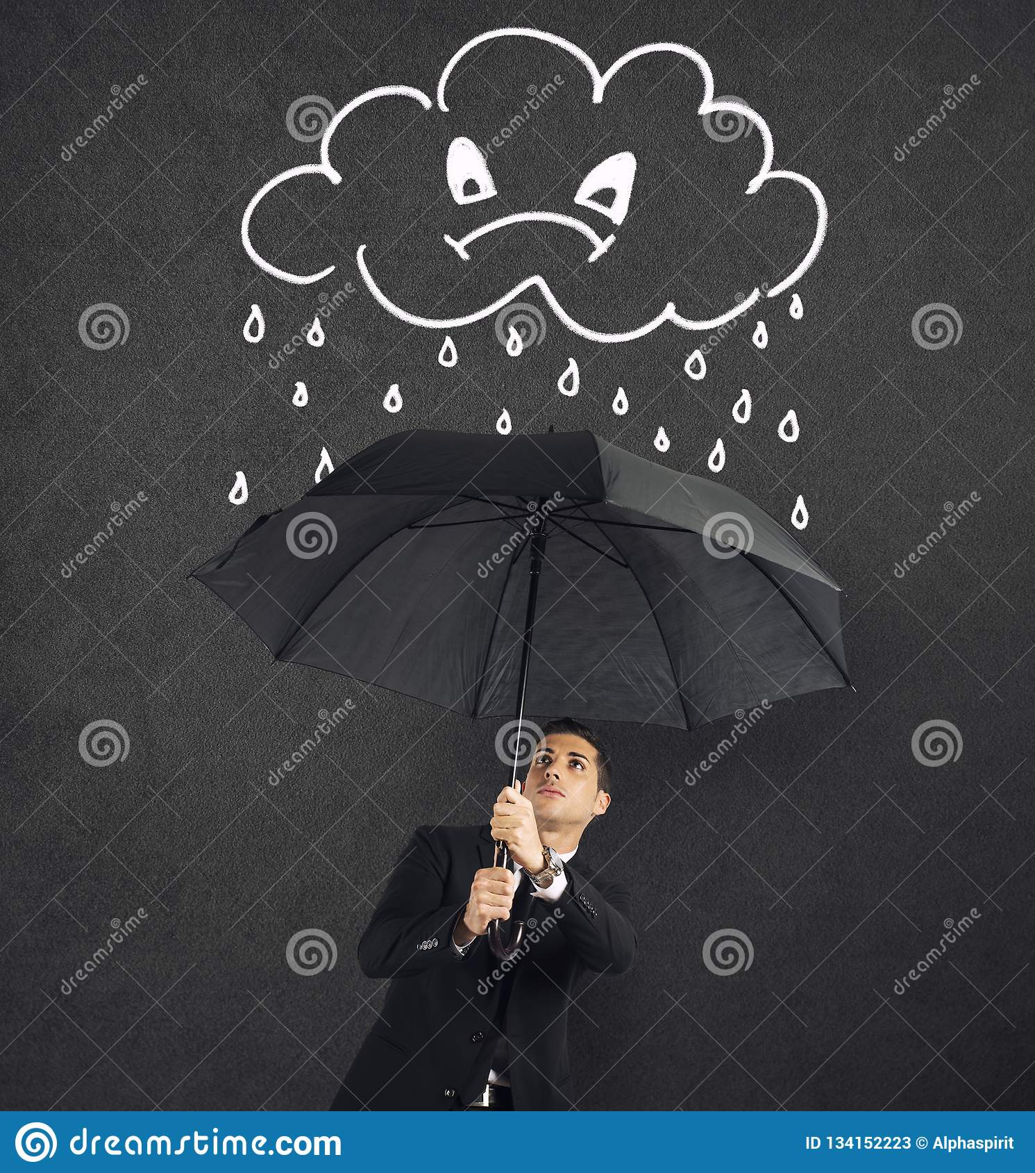 Uomo d affari con l ombrello e una nuvola arrabbiata con pioggia Concetto della crisi e della difficoltà finanziaria