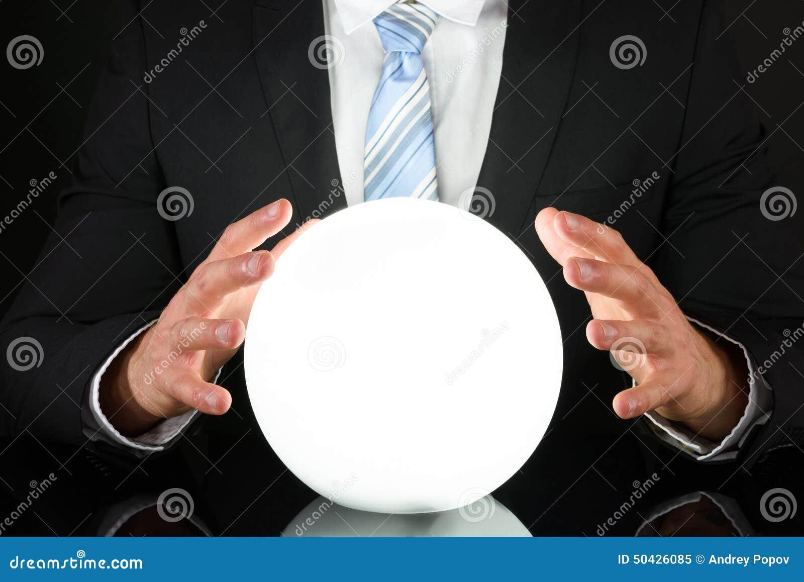Uomo d affari con sfera di cristallo