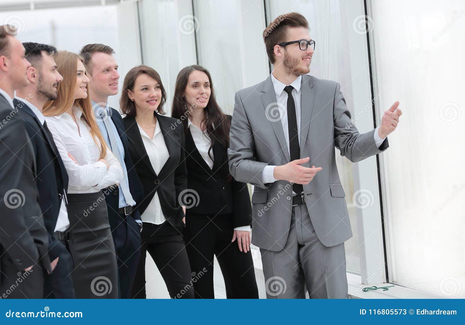 Uomo d affari e un gruppo di gente di affari