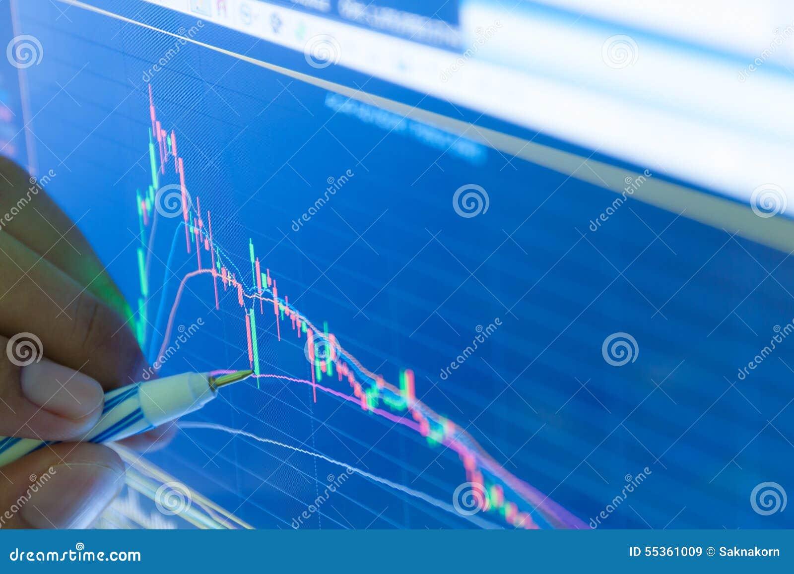 Uomo d affari ed esposizione di prezzi del grafico e dell istogramma del mercato azionario, B
