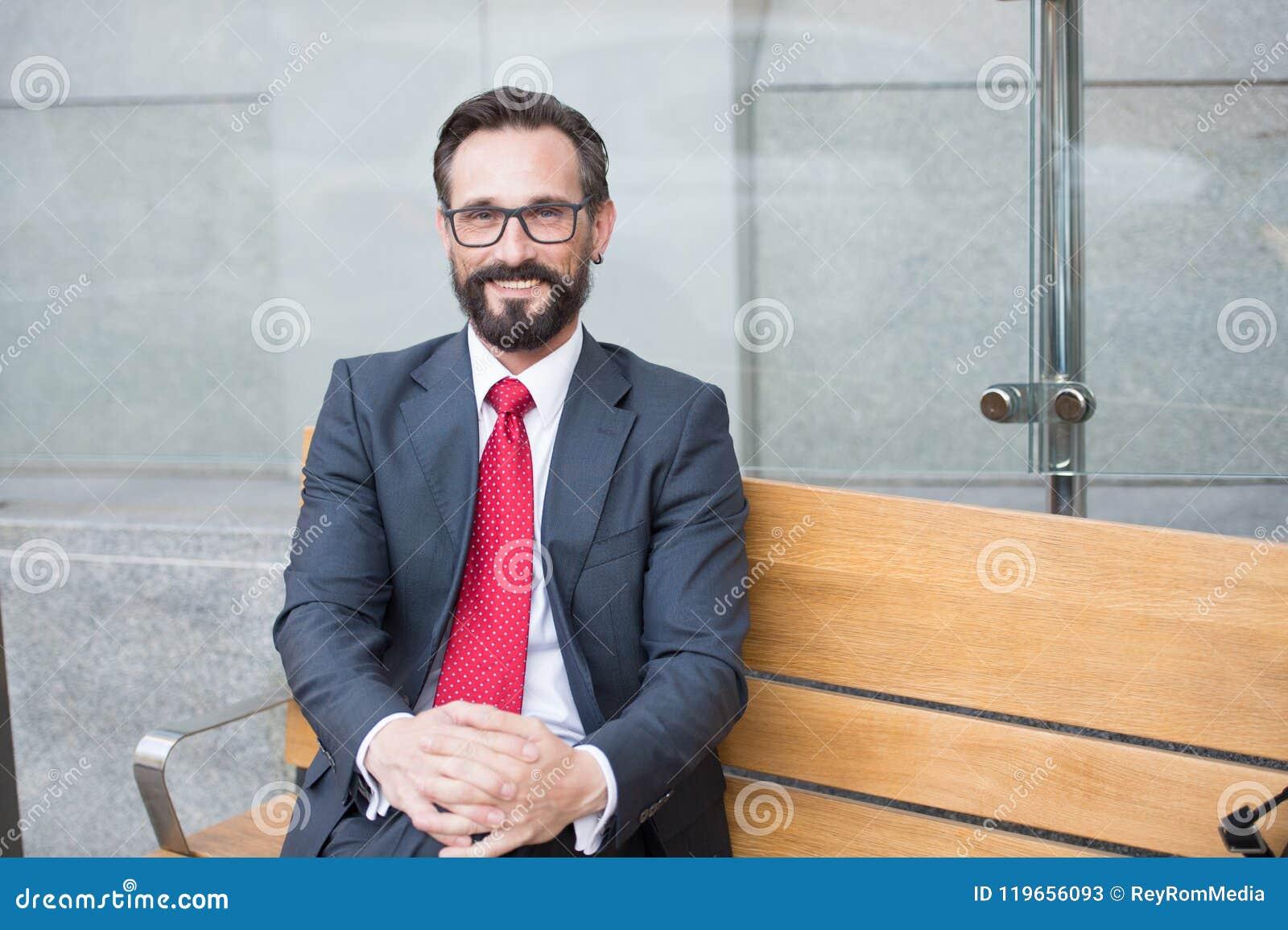 Uomo d affari giovane che prende rottura di rilassamento sul banco all aperto Serie di vita di città di persone di affari Ritratt