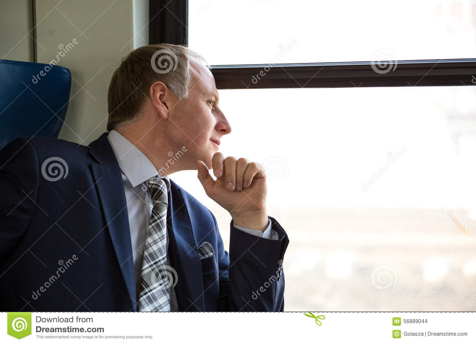 Uomo d affari interessato a cui vede attraverso a finestra