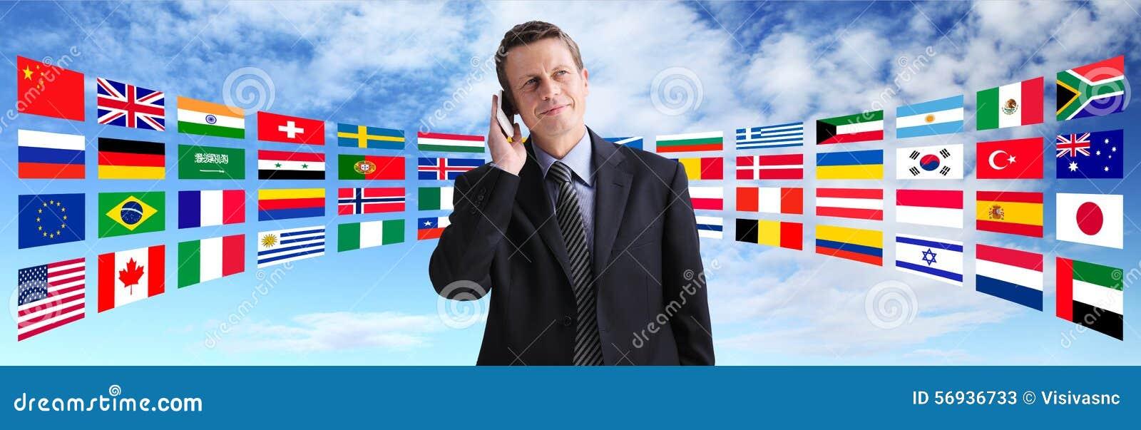 Uomo d affari internazionale che parla sul telefono, comunicazione globale