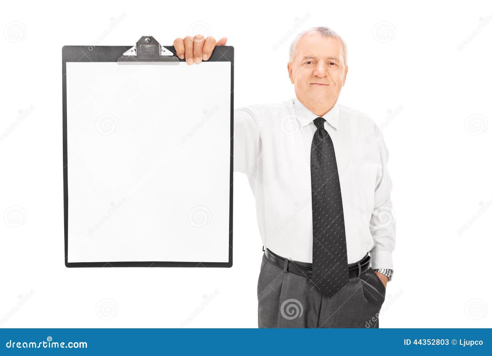 Uomo d affari maturo che tiene carta in bianco sulla lavagna per appunti