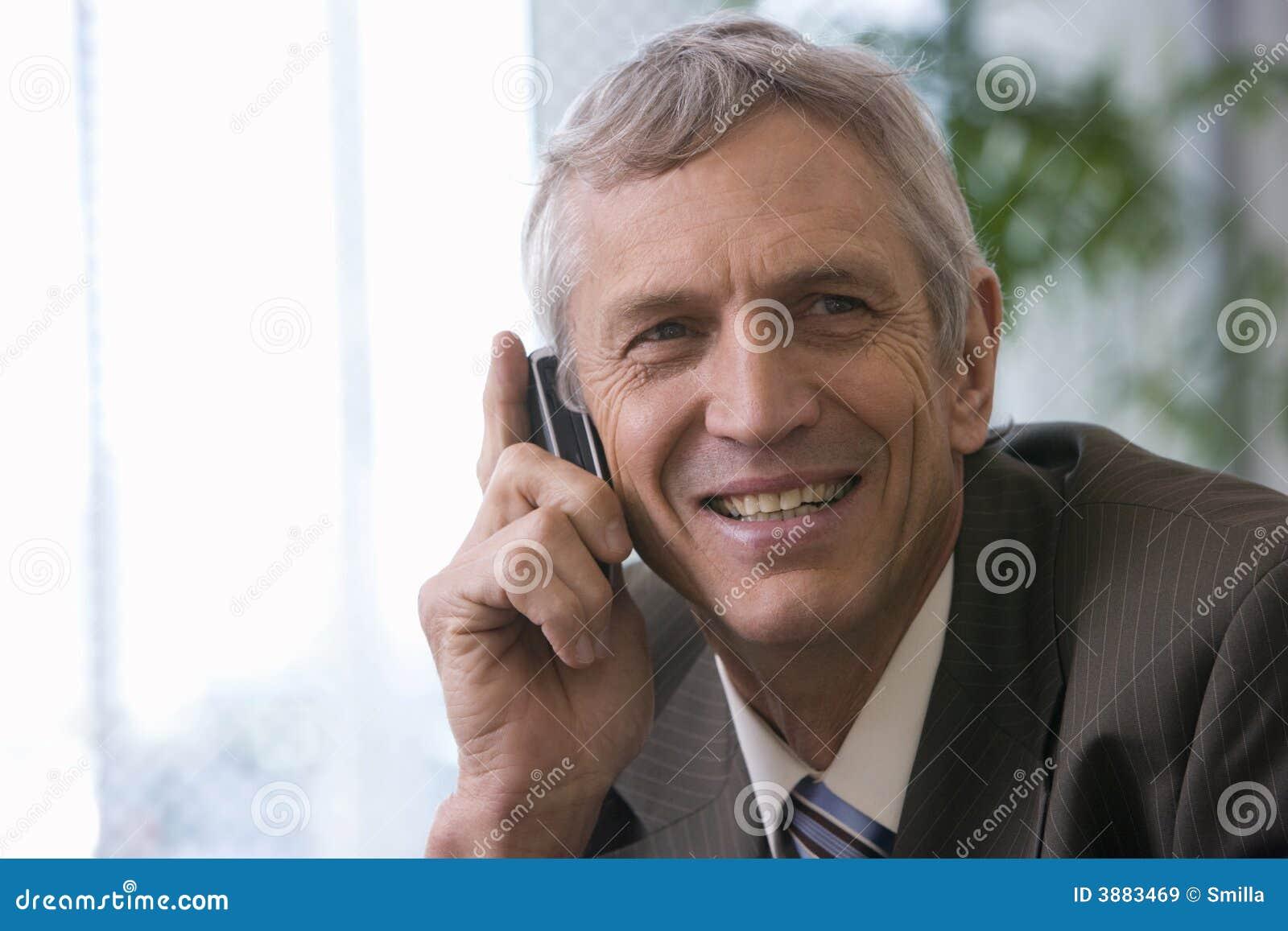 Uomo d affari maturo sul cellulare