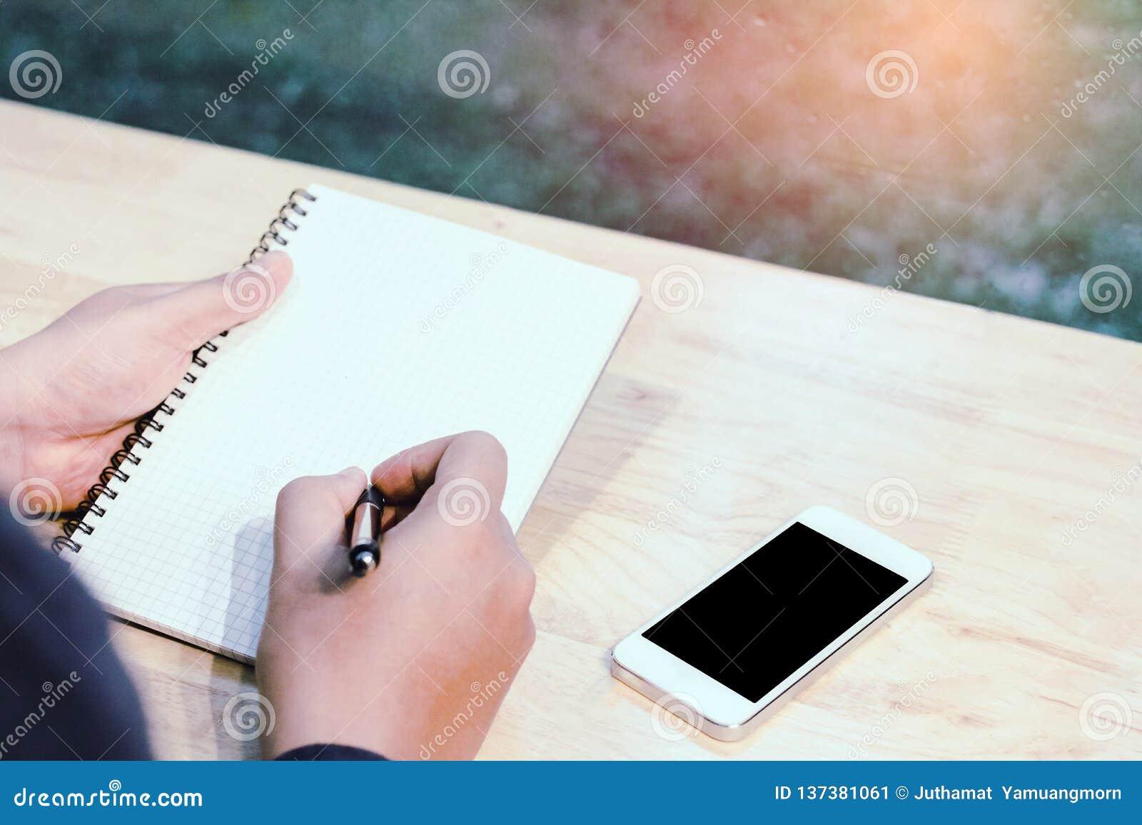 Uomo d affari nella penna di tenuta nera delle mani della camicia che indica al documento di affari sullo scrittorio