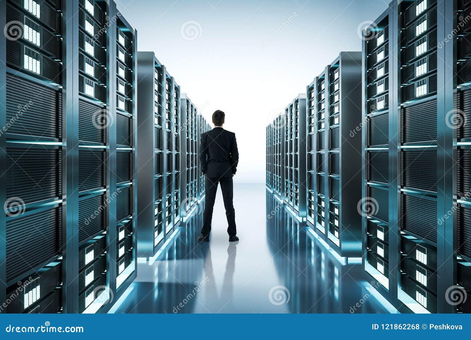 Uomo d affari nella stanza del server