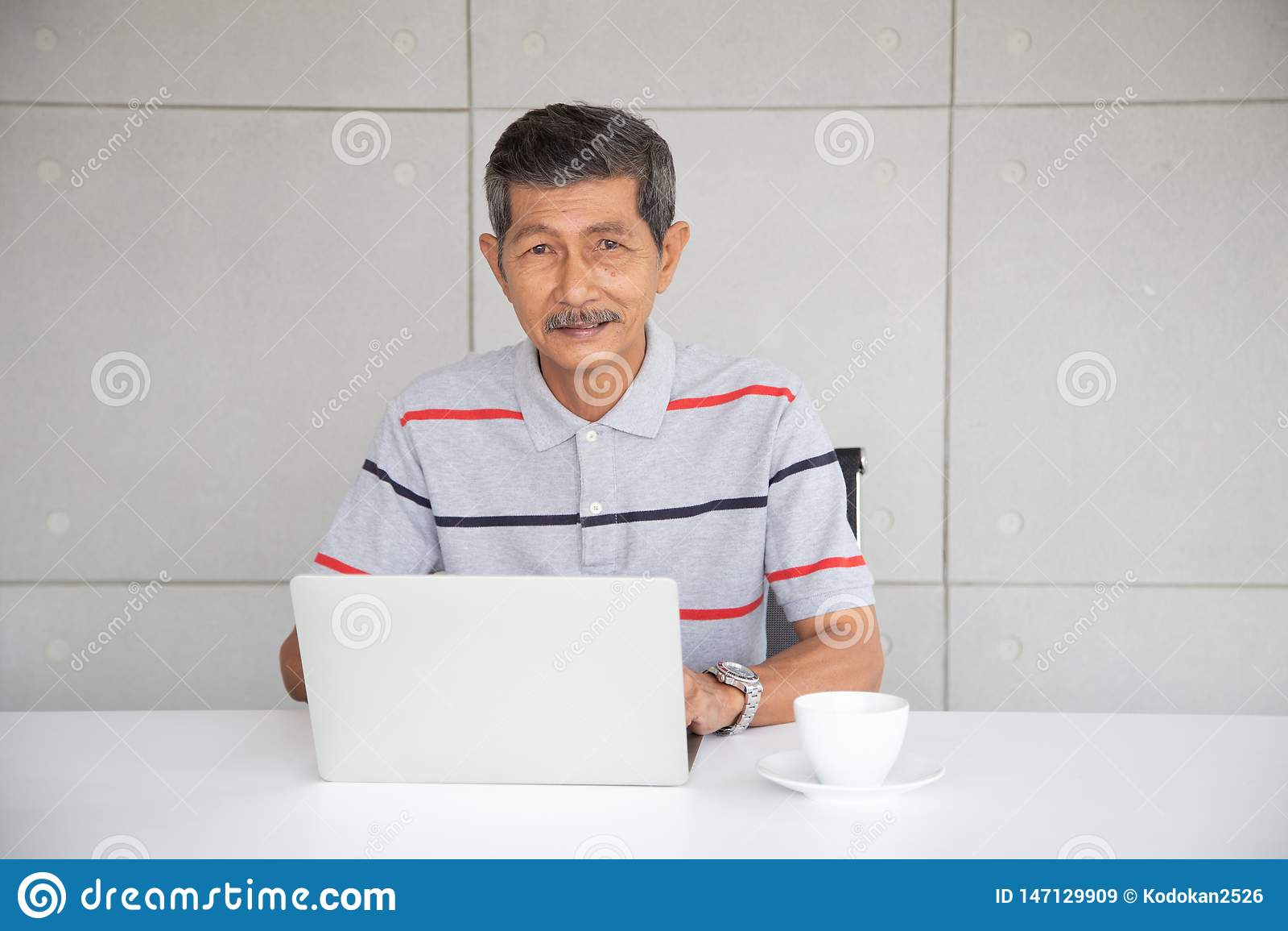 Uomo d affari senior dell Asia nel lavoro casuale dal computer portatile di uso